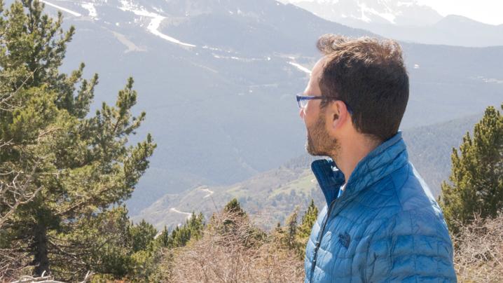 Tomás Navarro mirando montaña